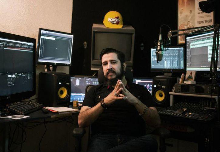 """Ramón Serratos en su estudio de grabación. El DJ colabora en la organización de festivales como el """"Electro Kiss"""". (Milenio Novedades)"""