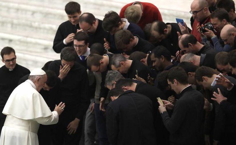 El papa Francisco bendice a un grupo de sacerdotes al término de su audiencia del miércoles 11 de enero de 2016, en el Vaticano. La Orden de Malta ha rechazado la destitución de su canciller por parte de la Santa Sede. (AP/Alessandra Tarantino)