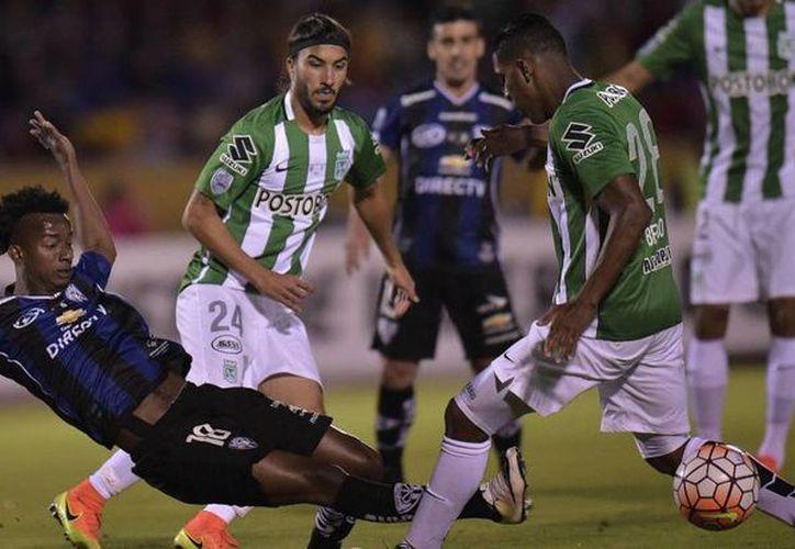 Atlético Nacional de Medellín (de verde y blanco) empató 1-1 en casa de Independiente del Valle ecuatoriano en la ida de la final de Copa  Libertadores. (Afp)