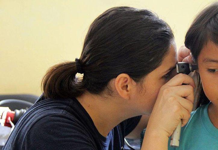 En Caucel, especialistas examinaron a 83 niños de la comisaria de los cuales 12 presentaron problemas auditivos. (Milenio Novedades)