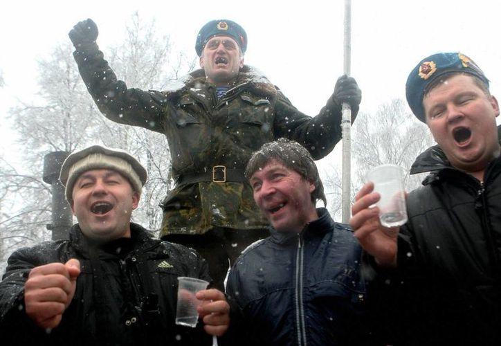 El vodka forma parte del 'paisaje' típico ruso, país cuyas dos principales ciudades planean restringir la venta de alcohol. (slate.com)