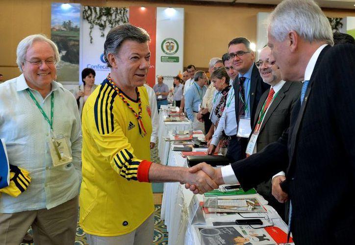 Santos (c) mientras saluda a los asistentes del congreso anual de la Confederación Colombiana de Cámaras de Comercio en Cartagena, Colombia. (EFE)