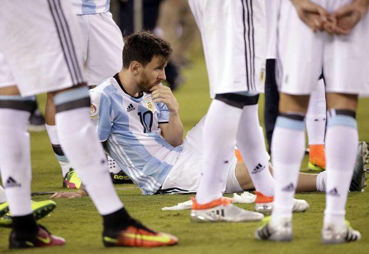 Imagen de Lionel Messi sentado en el césped, en espera de las presentaciones del trofeo, tras el partido de la final de futbol de la Copa América Centenario entre Argentina y Chile, en East Rutherford, N. J. (Foto AP / Julie Jacobson)