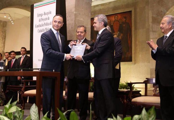 El jefe de Gobierno de la Ciudad de México, Miguel Ángel Mancera, al hacer entrega del Proyecto de Constitución. (twitter.com/ManceraMiguelMX)