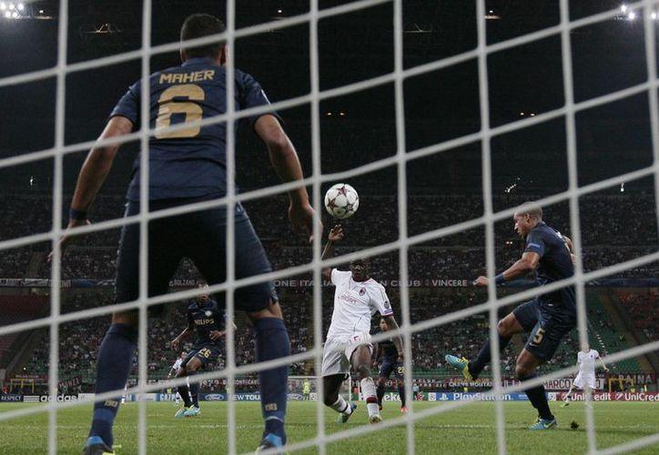 Balotelli (c) logró anotar al puntear de volea un balón que le centraron desde su derecha. (Agencias)