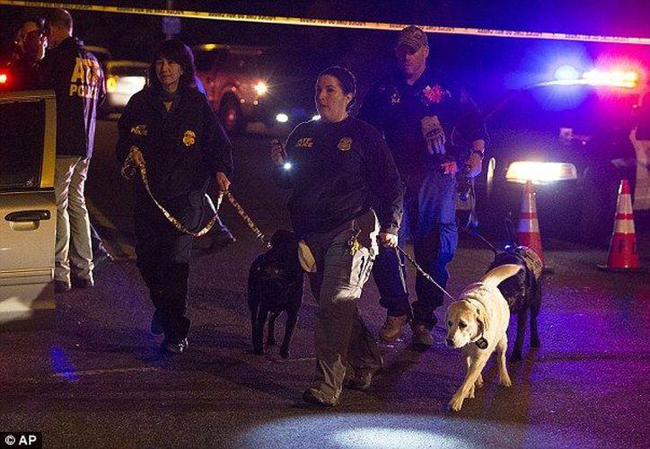 La policía pidió a los residentes permanecer en sus casas. (AP)