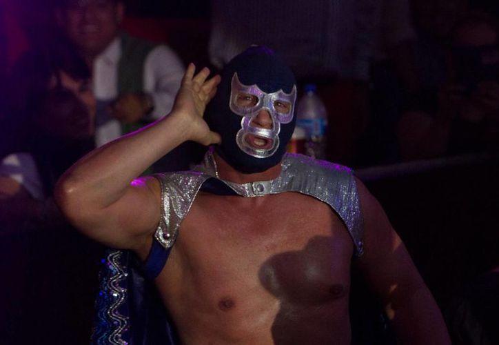 En medio de los festejos por el 30 aniversario de su carrera como luchador, Blue Demon Jr, prepara dos libros, en la imagen el luchador durante una campaña para promover la lucha. (Notimex)