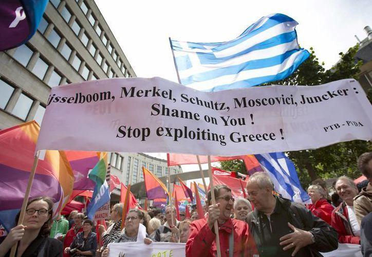 El presidente francés afirmó el domingo que deben extremarse los esfuerzos para que Grecia se mantenga en la eurozona. (AP)