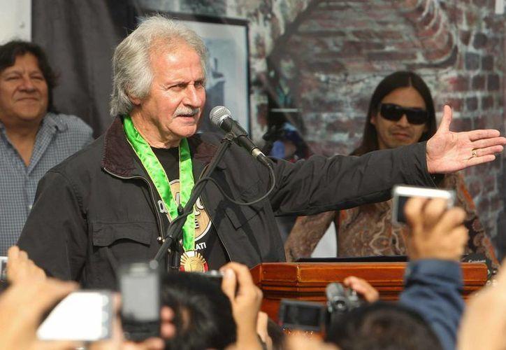 El músico británico Pete Best, primer baterista de la banda de rock británica The Beatles, habla tras ser condecorado en el distrito limeño de San Miguel, en Lima, Perú. (EFE)