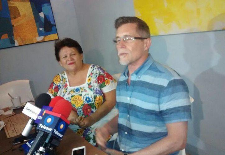 Imagen de la conferencia de prensa del chef estadounidense Rick Bayless acompañado de Miriam Peraza, propietaria del restaurante yucateco Manjar Blanco. (Joel González/SIPSE)
