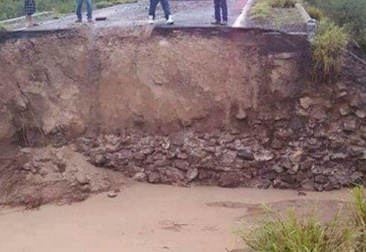 El primero de los casos ocurrió al desplomarse el puente que comunica el poblado Pedriceña. (Internet)