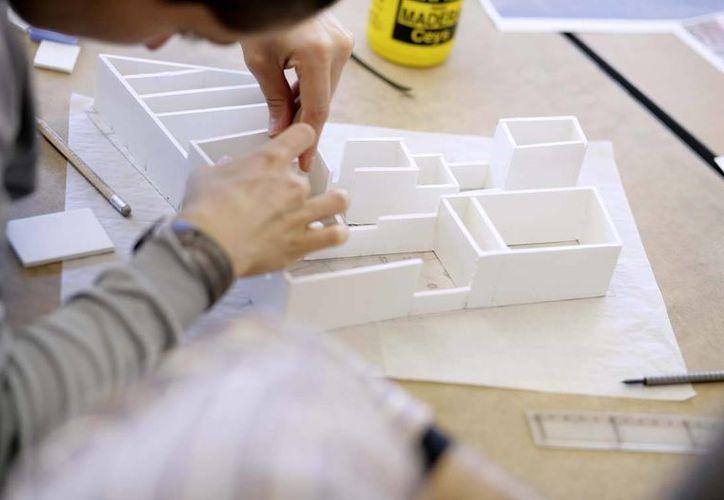 Los jóvenes que estudian arquitectura o alguna ingeniería pueden recibir una beca de Fundación Telmex. (Redacción/SIPSE)
