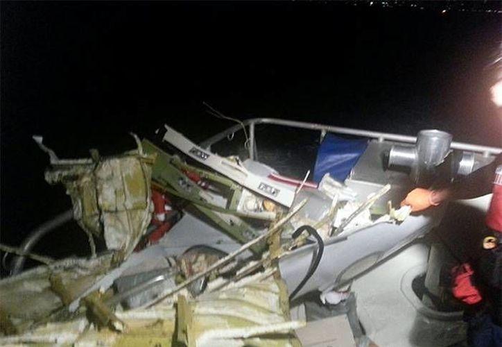 Partes del avión que cayó al mar cerca de la ciudad de Fort Lauderdale y que fueron recuperadas. (excelsior.com.mx)