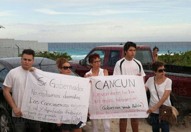 Con pancartas, ciudadanos se manifestaron contra la construcción del hotel Gran Solaris en 'El Mirador'. (Foto: Ivett Y Cos)