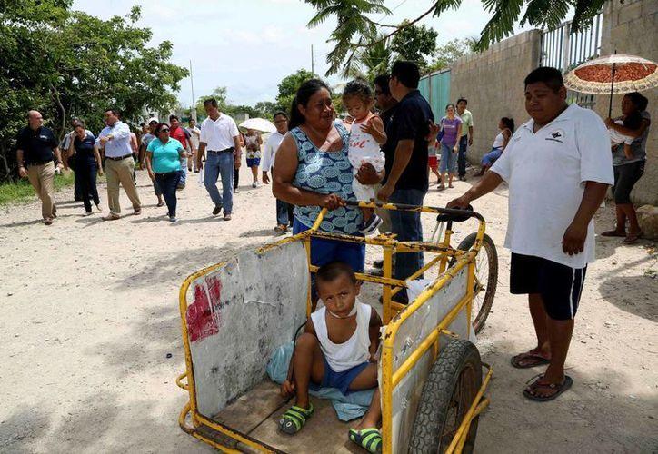 Vecinos de la colonia Tamarindos utilizaron diversos medios de transporte para acompañar al alcalde de Mérida, Renán Barrera Concha, durante el recorrido por la zona. (Cortesía)
