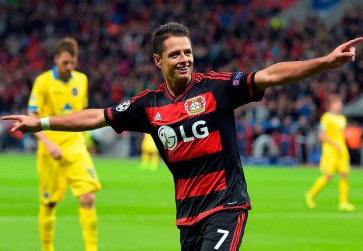 'Chicharito' Hernández tuvo un cierre de año impresionante al conseguir con su nuevo equipo, el Bayer Leverkusen, 19 goles en 20 partidos. Este nivel le ha valido no solamente ser reconocido en su equipo, sino en la Bundesliga y en el futbol europeo. (Archivo AP)
