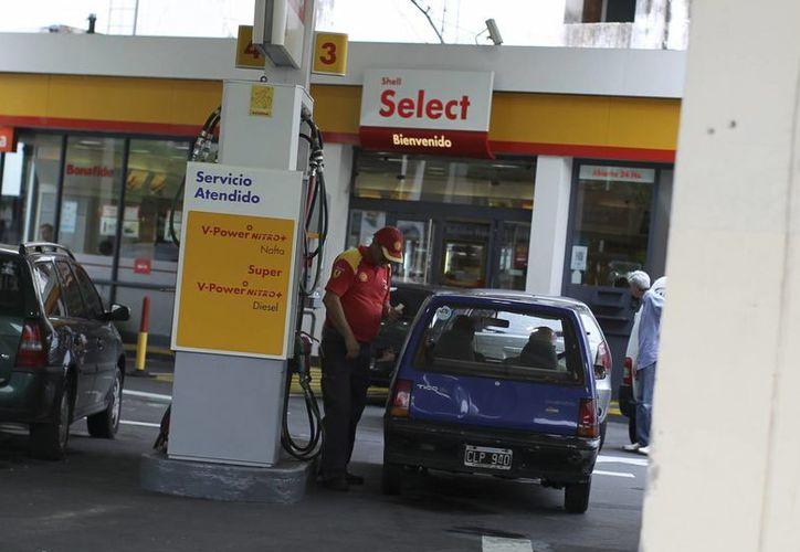 Vista de una estación de servicio de la petrolera anglo-holandesa Shell este 3 de febrero, en Buenos Aires. (EFE)