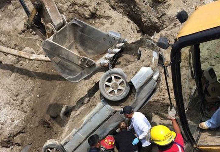 Un socavón en la carretera Paso Express le costó la vida a dos personas y el puesto al titular de la SCT de Morelos. (Milenio.com)