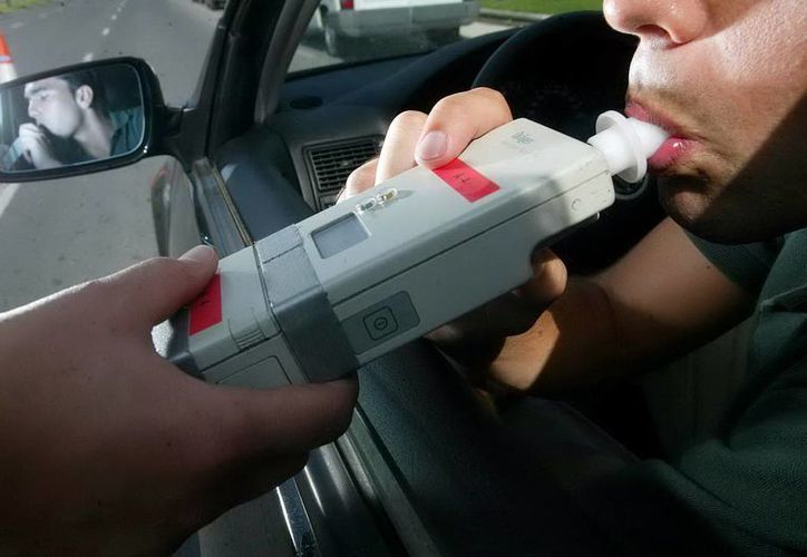 A quienes conduzcan bajo los efectos del alcohol les esperan fuertes multas. Imagen de la aplicación de la prueba de alcoholemia a una conductora. (Archivo/SIPSE)