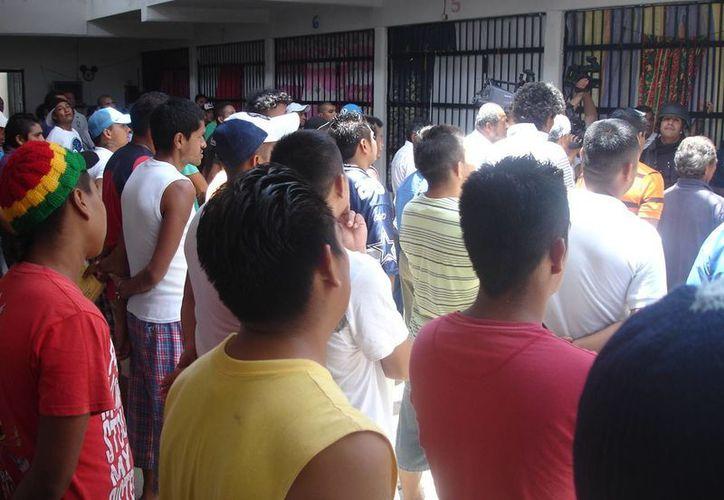 El representante de la Comisión de Derechos Humanos en la isla, atendió quejas de los internos de la cárcel de Cozumel. (Irving Canul/SIPSE)