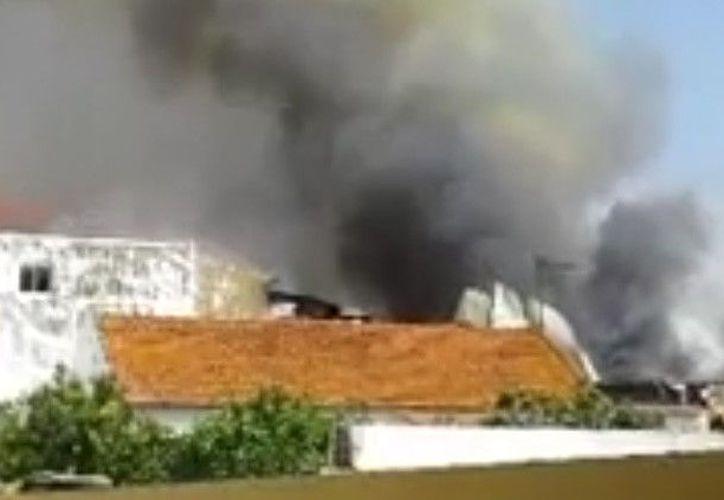 . Varios testigos aseguran que la avioneta chocó contra un camión, lo que produjo una serie de explosiones. (RT)