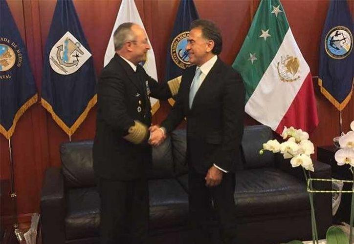 Miguel Ángel Yunes, gobernador electo de Veracruz, se reunió con el secretario de Marina, Vidal Francisco Soberón, para dialogar sobre la inseguridad en el estado. (Excélsior)