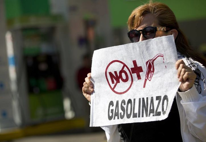 El aumento a las gasolinas enfureció a los mexicanos, quienes comenzaron a salir a las calles a protestar por la decisión del gobierno de Peña Nieto. (AP/Rebecca Blackwell)