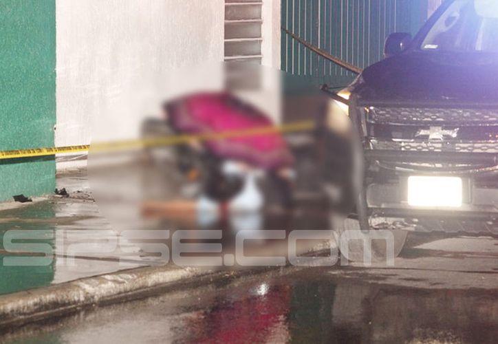 El cadáver del motociclista quedó tirado sobre la banqueta. (Martín González)