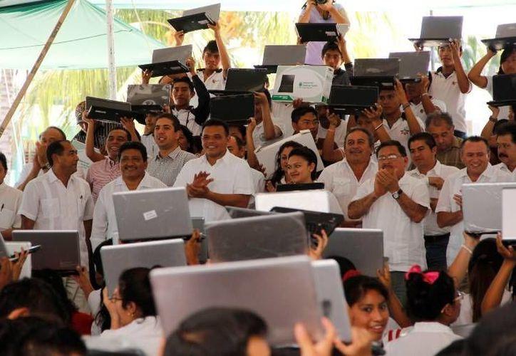 El gobernador Rolando Zapata inauguró ayer un nuevo Centro Comunitario de Bienestar Digital en Cansahcab. (Cortesia)