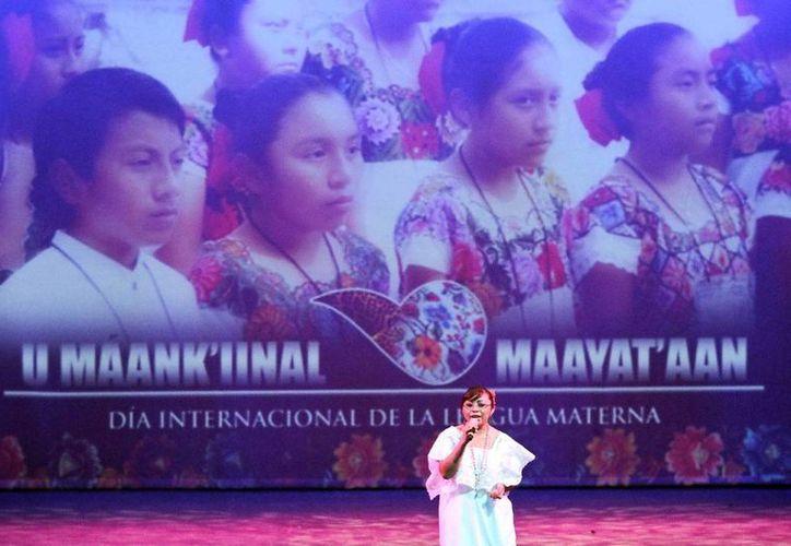 En una velada en el 'José Peón Contreras' se festejó a la lengua maya. (Amílcar Rodríguez)