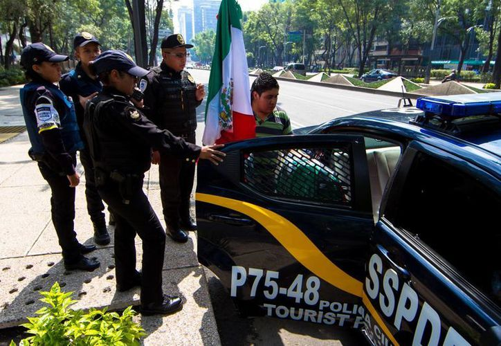 El informe de la SSPDF señala que el Programa de Cuadrantes ha dado buenos resultados. En la imagen, elementos de la Policía Turística del DF realizan una detención. (Archivo/Notimex)