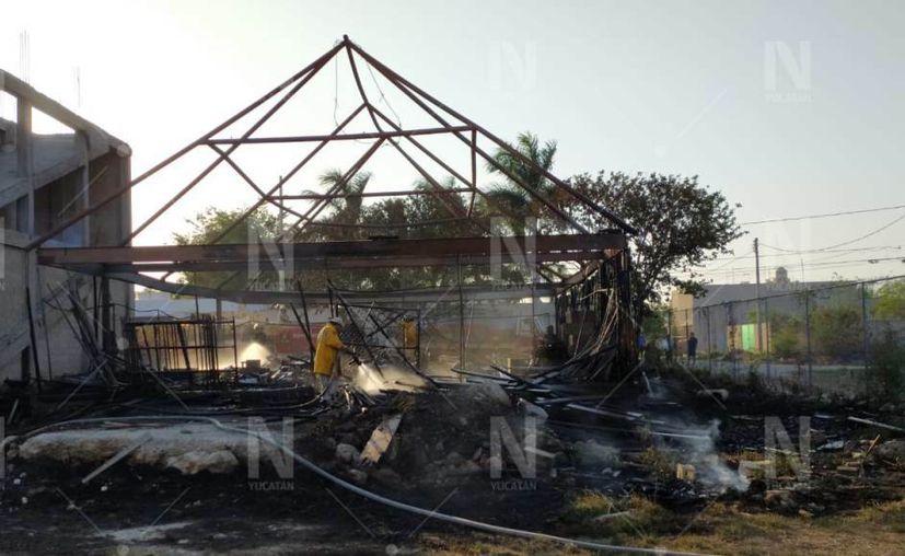 El fuego inició con un incendio en un terreno baldío de enfrente. (Foto: Sergio Camacho)