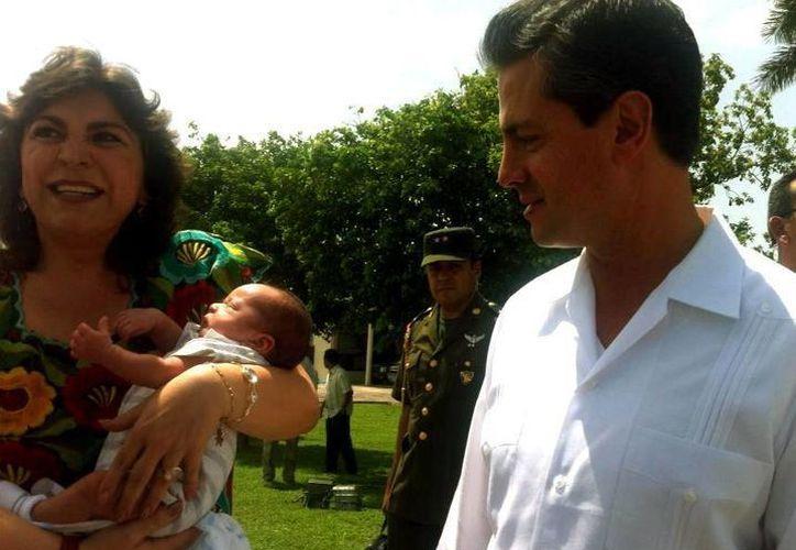 La exgobernadora Ivonne Ortega Pacheco en la presentación de su bebé al presidente Enrique Peña Nieto. (SIPSE)