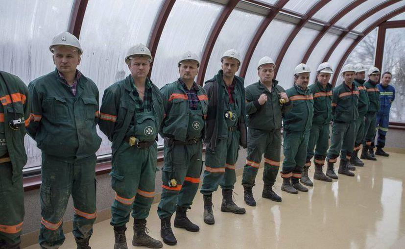 El equipo de salvamento encargado del exitoso rescate de 19 mineros atrapados en la mina de cobre Rudna fotografiados en la localidad de Polkowice, sur de Polonia. EFE