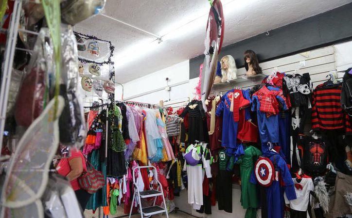 En los mercados 23 y 28 ya se comercializan dulces y disfraces para las fiestas de Halloween. (Tomás Álvarez/SIPSE)
