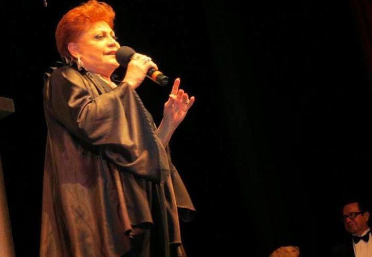 Imelda Miller agradeció al público asistente en el escenario del Teatro México. (unomasuno.mx)