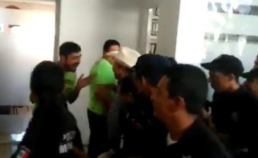 """Un video que circula en redes sociales, muestra el momento en que """"Lupillo"""" García da una cachetada al trabajador. (Foto: Captura)"""