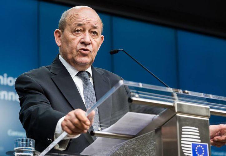 Jean-Yves Le Drian, ministro de Defensa de Francia, indicó que el Ejército desplazará un portaaviones hasta el Golfo Pérsico para facilitar la operación en Siria. (AP)