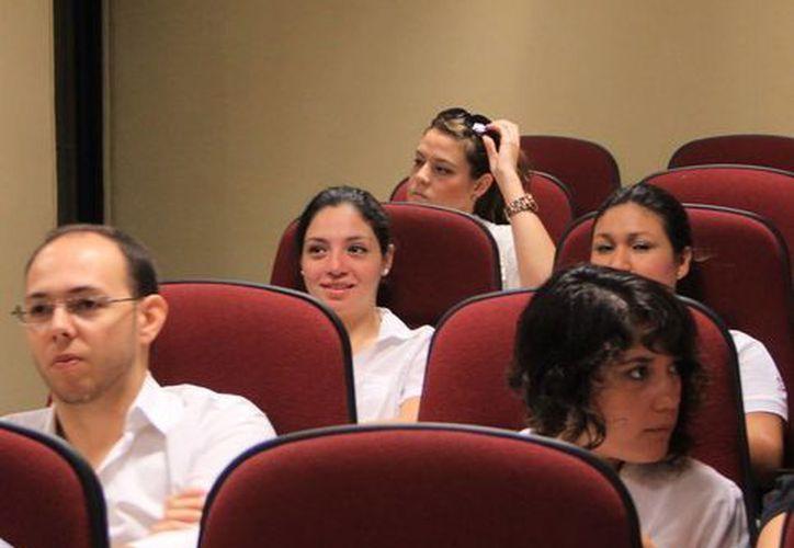 Jóvenes escuchan la ponencia de Watson Rincón y Carlos Behnsen Flathman de Agencia Estrategias Creativas .