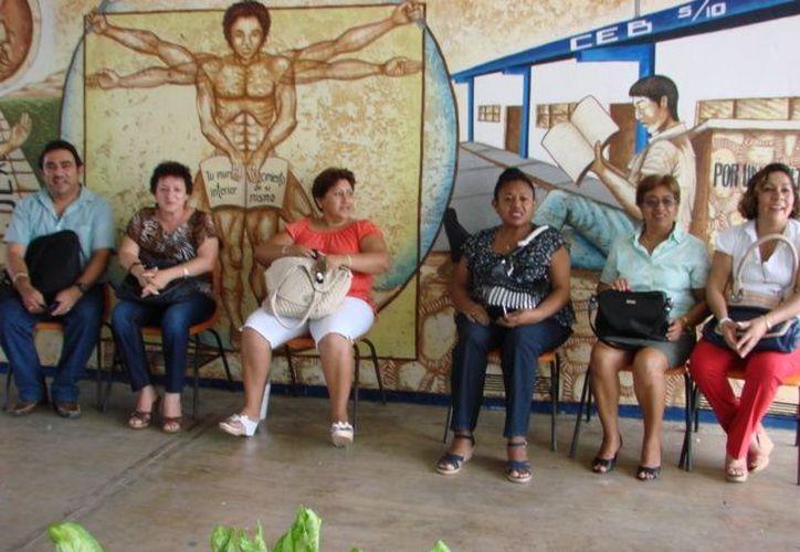 La plantilla aguarda la hora para ingresar a dar clases. José Ángel Chacón Arcos buscó infructuosamente disuadir a inconformes. (Manuel Salazar/SIPSE)