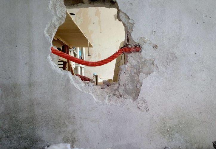 El boquete que se hizo en la pared fue de unos 60 centímetros. (Eric Galindo/SIPSE)