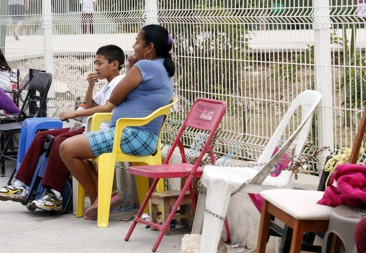A las puertas de varias escuelas se observan sillas encadenadas. (Juan Albornoz/SIPSE)