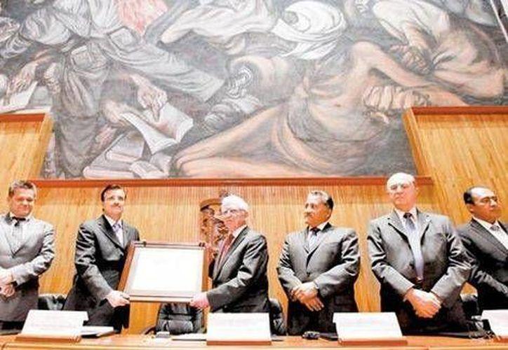 La Universidad de Guadalajara otorgó un doctorado honoris causa al científico alemán. (Especial)
