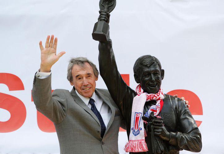 "Víctima de cáncer de riñón fallece Gordon Banks, portero de la ""atajada del siglo"" en el Mundial de México 1970, cuando Inglaterra enfrentó al Brasil de 'O rei' Pelé. (AP)"