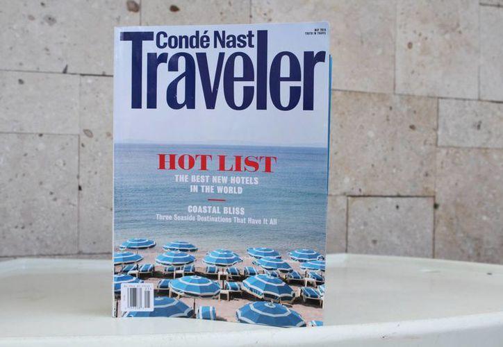 La revista británica que contiene la lista de hoteles. (Sergio Orozco/SIPSE)