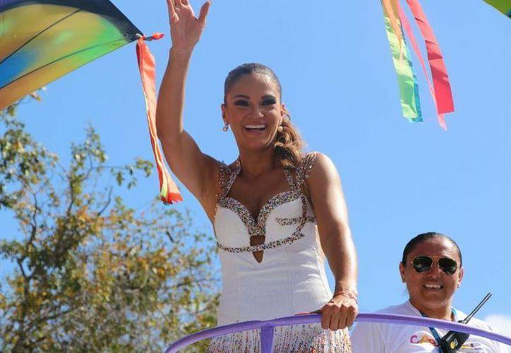 Mariana Seoane fue una de los invitados al Carnaval de Mérida 2017, en la Batalla de las Flores. (Facebook/ Ayuntamiento)