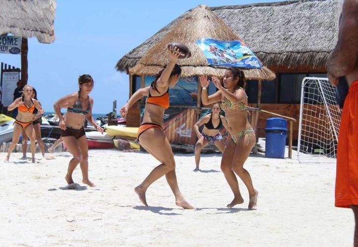 El sol y la playa fueron escenario de la exhibición deportiva que se realizó ayer en la  Monster Beach Party. (Ángel Mazariego/SIPSE)