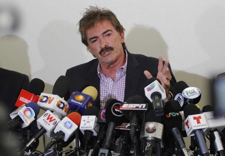 La Volpe no solo reclama su reinstalación en Chivas sino más de 10 millones de pesos, producto de 12 meses de salarios caídos. (Notimex/Foto de archivo)