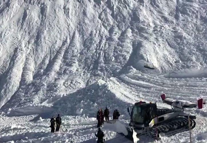 Cuatro escaladores fallecieron en la región de Valle de Aosta, en el norte de Italia, en una avalancha de nieve. Imagen de contexto de un accidente similar que sucedió el pasado lunes en Lavachet Wall en Tignes, Francia. (AP Photo)