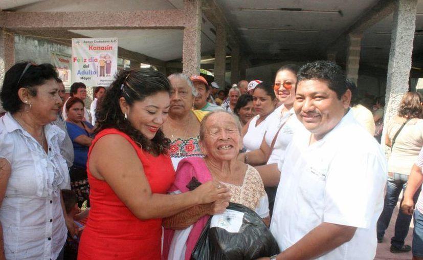 El presidente Apoyo Ciudadano, Luis Cauich Matos, entrega ayuda a grupos vulnerables de Kanasín, como las personas de la tercera edad. (SIPSE)